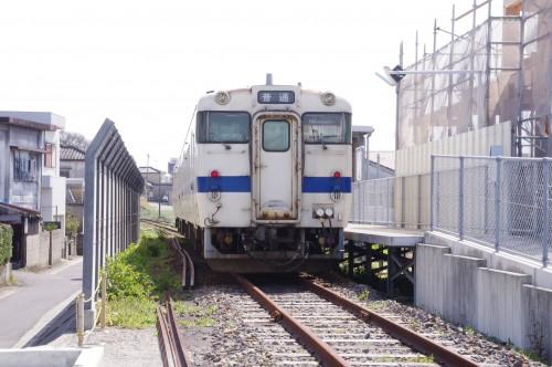 電車と並ぶ新駅舎