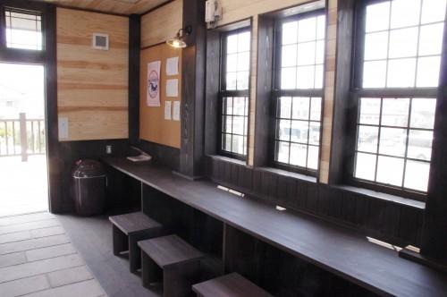 駅舎内のベンチ その2