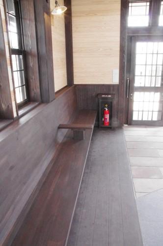 駅舎内のベンチ その1