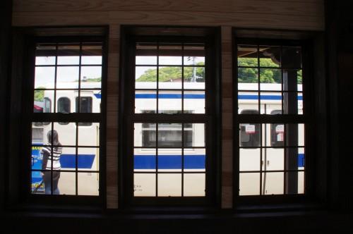 駅舎内から電車を望む。
