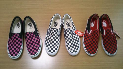 左:ピンクと黒 中央:白と紺 右:赤と黒