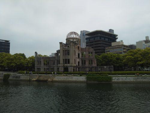 川の向こうの原爆ドーム
